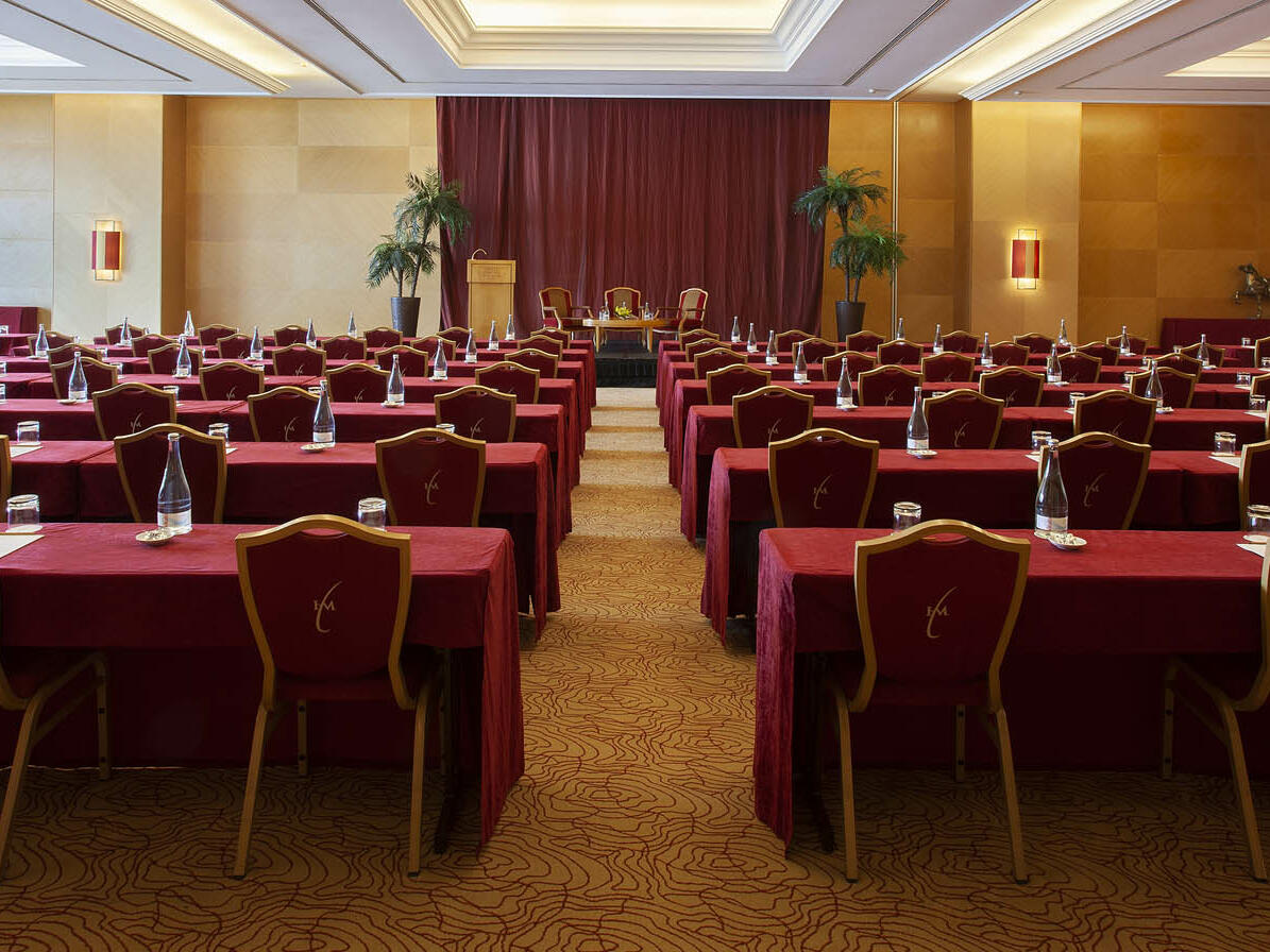 Meeting Room with red chairs and desks at Hotel Cascais Miragem