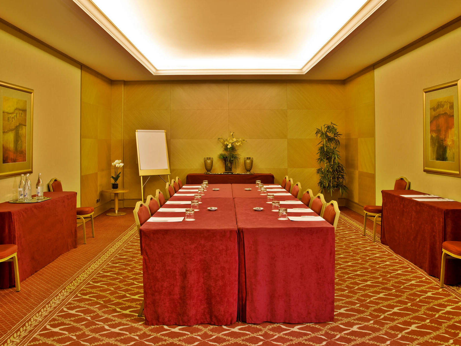 Meeting Room with a centralized table at Hotel Cascais Miragem