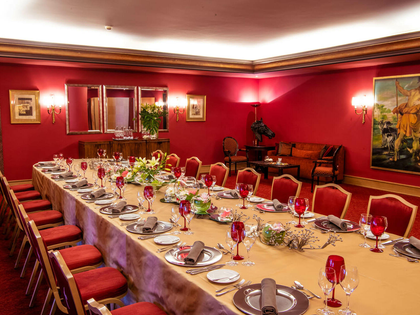 Room with beautiful centralized table at Hotel Cascais Miragem