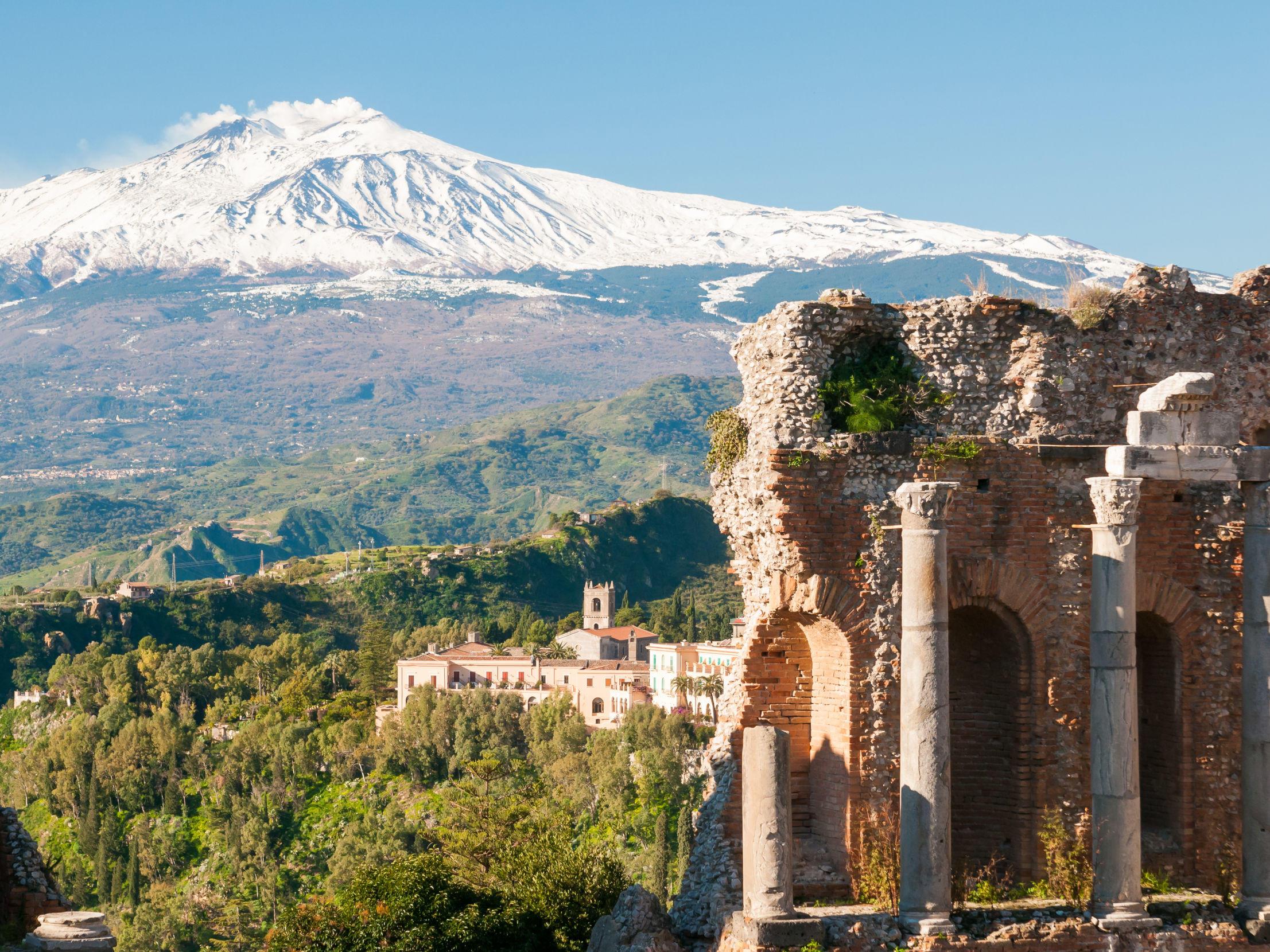 Taormina, con vista su Etna innevato