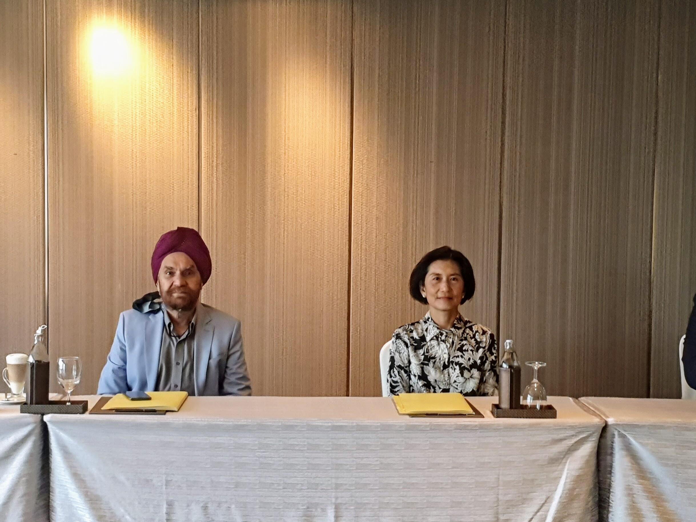 Photo of two managers at Maitria Mode Sukhumvit 15