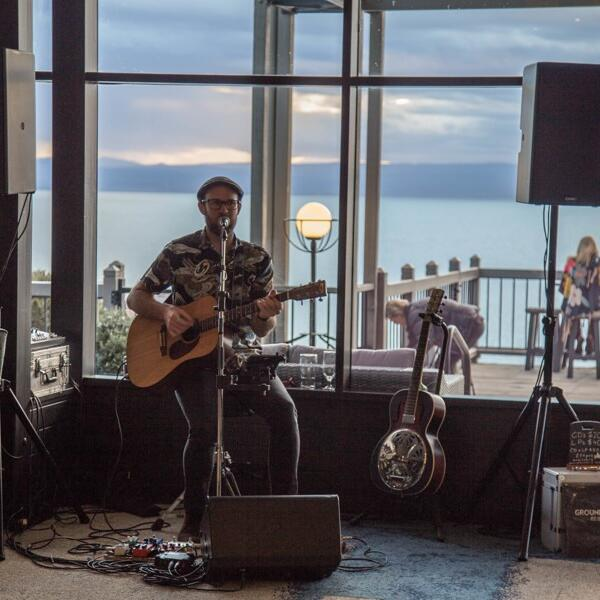 Singer with a guitar playing at Freycinet Lodge