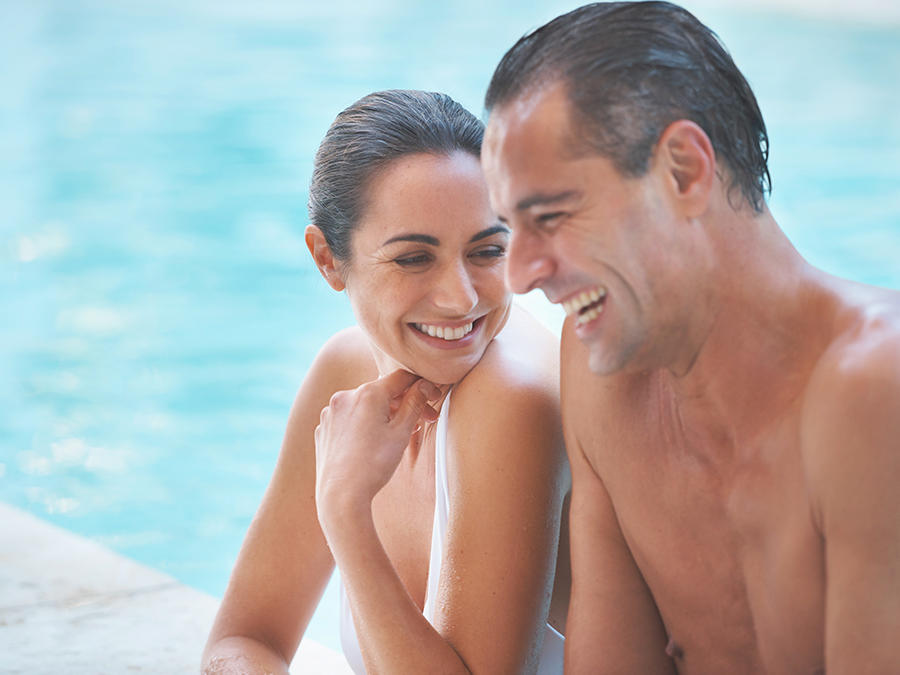 couple in swimming pool - pareja en piscina