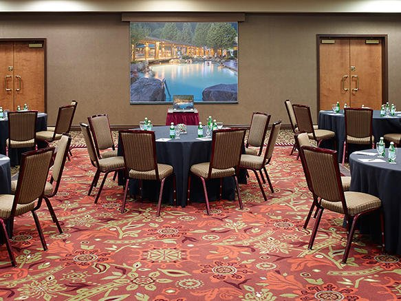 Set banquet rounds in event room.