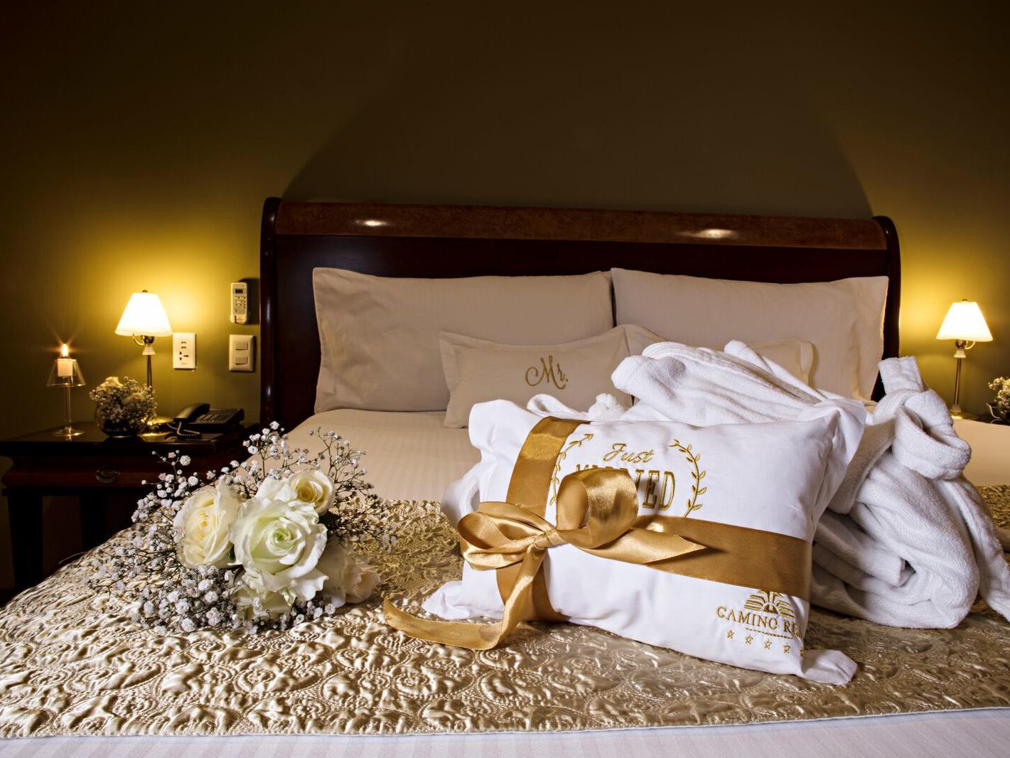 Paquete de bienvenida en la cama