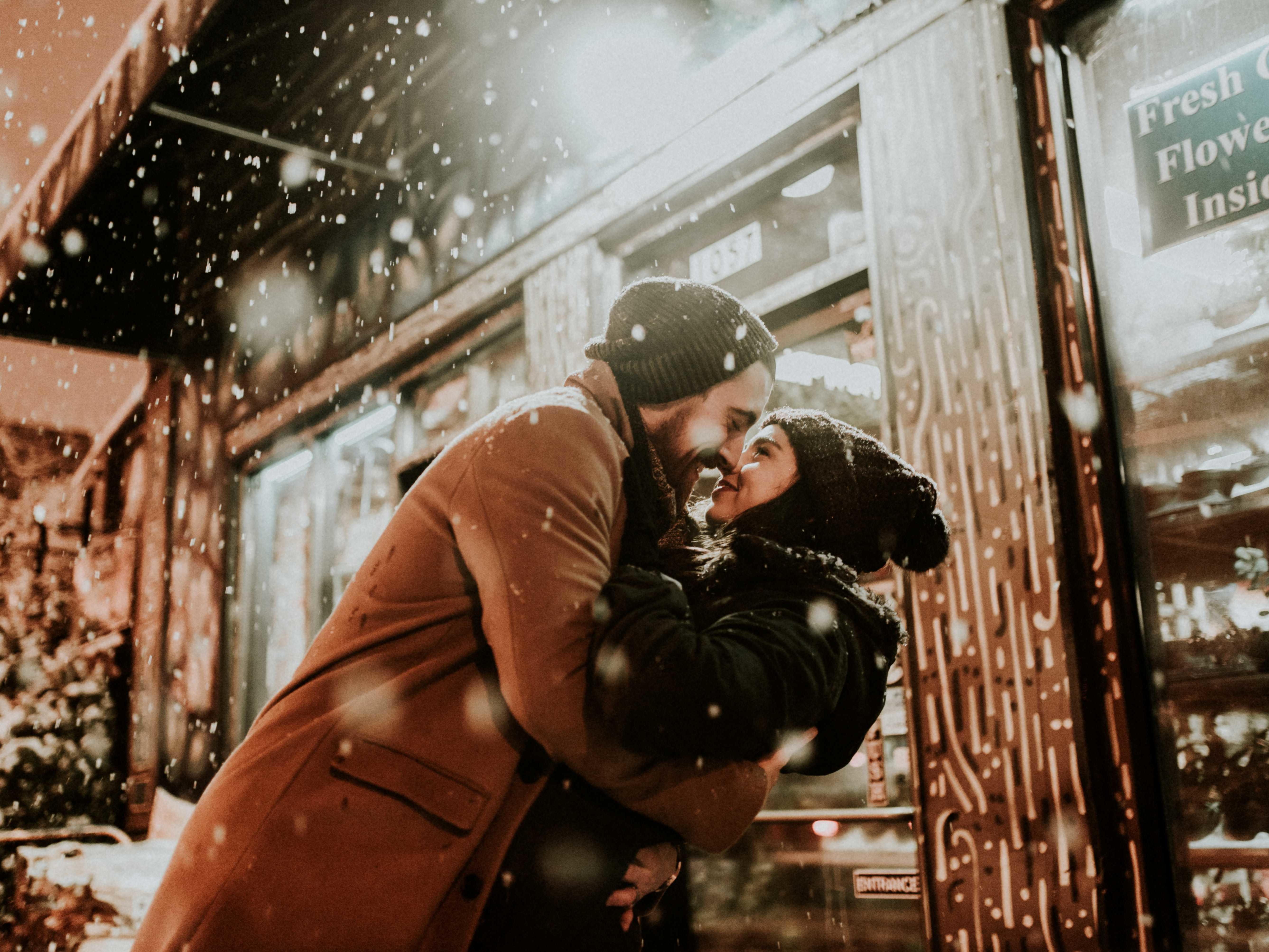 couple-kissing-snowy-night