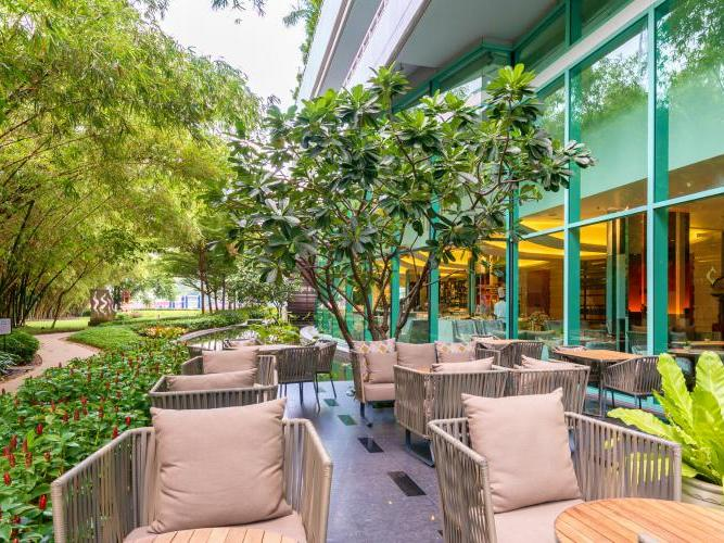 Outdoor dining area and lounge at Chatrium Hotel Riverside