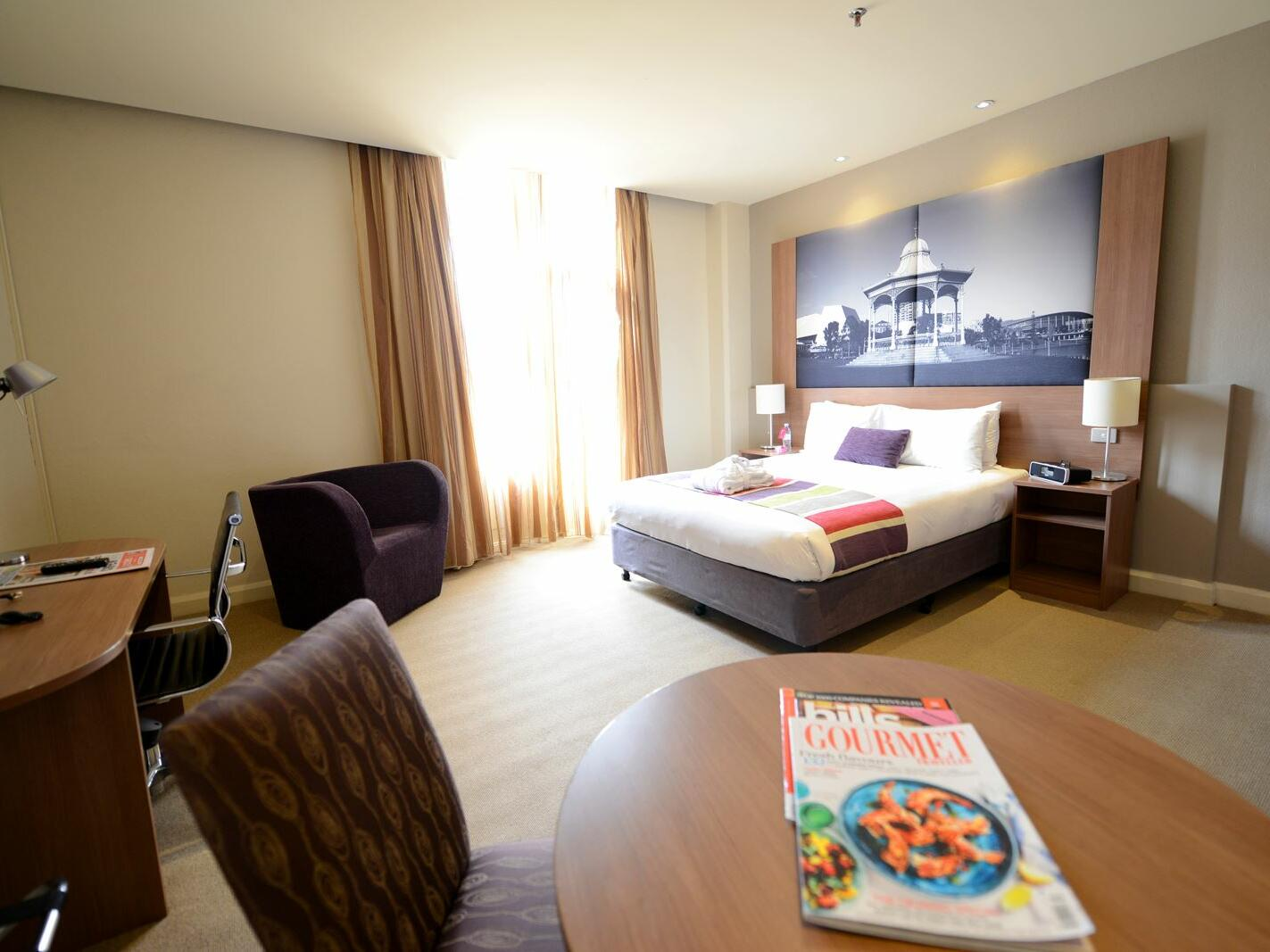 Executive Room with a Queen bed & furniture in Grosvenor Hotel