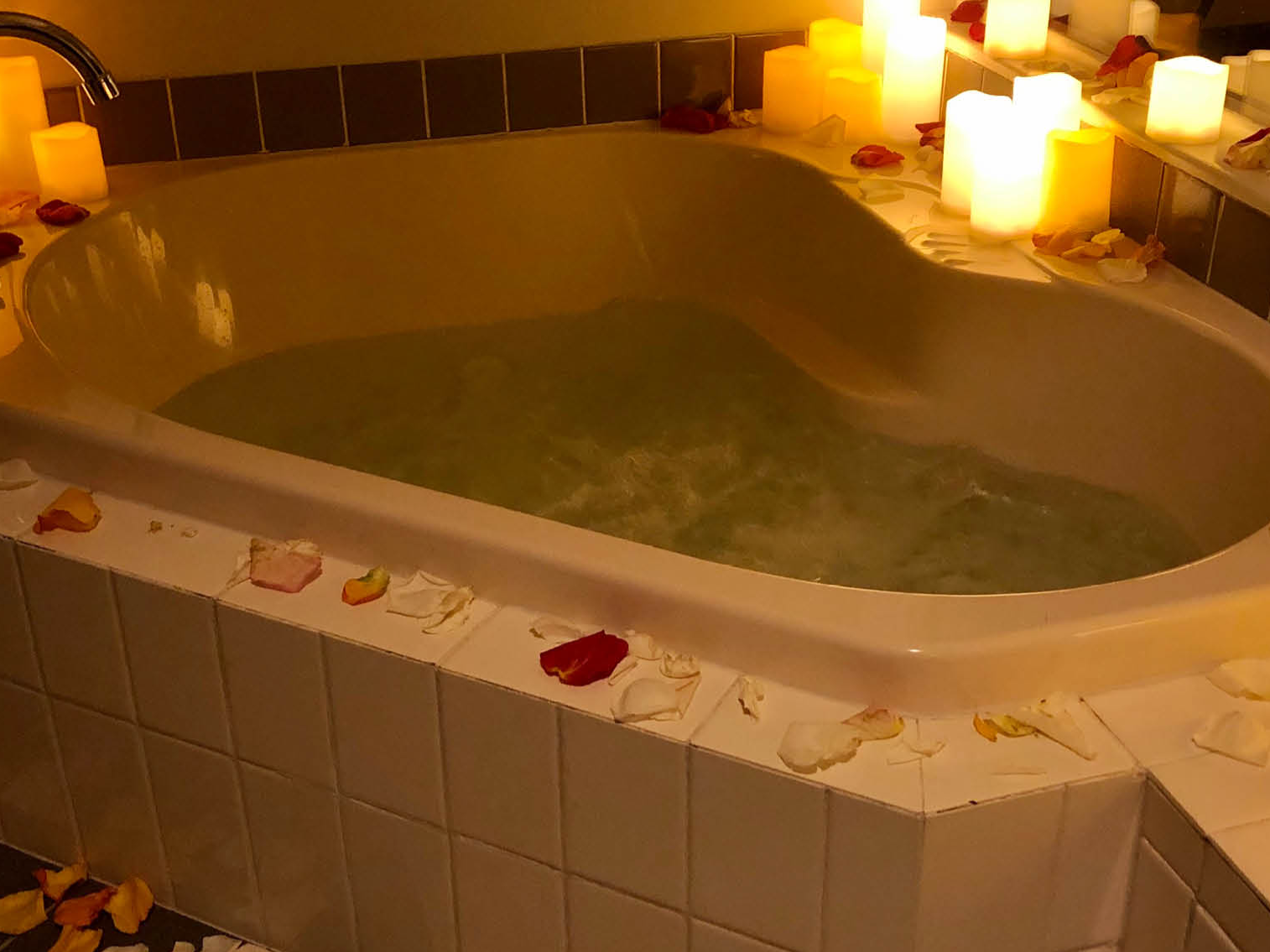 Bathtub arranged with candles and flower at Royal on the Park