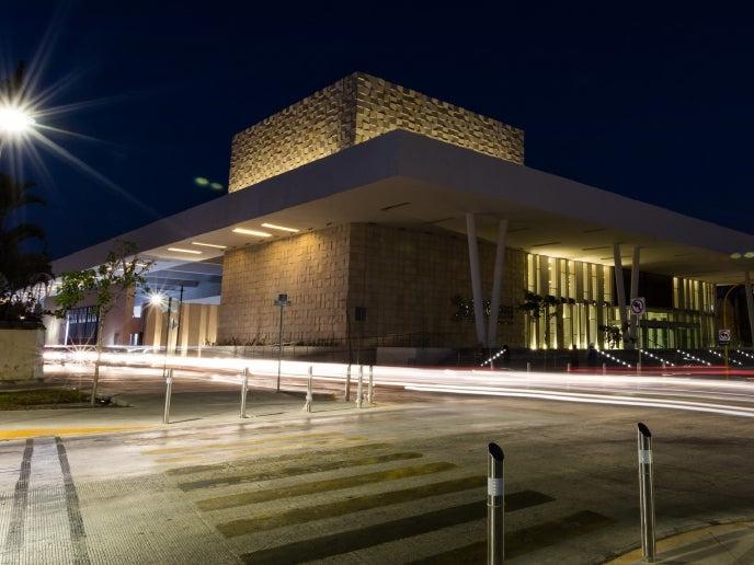 Exterior view of the CYC Centro Internacional de Congresos Hall at night