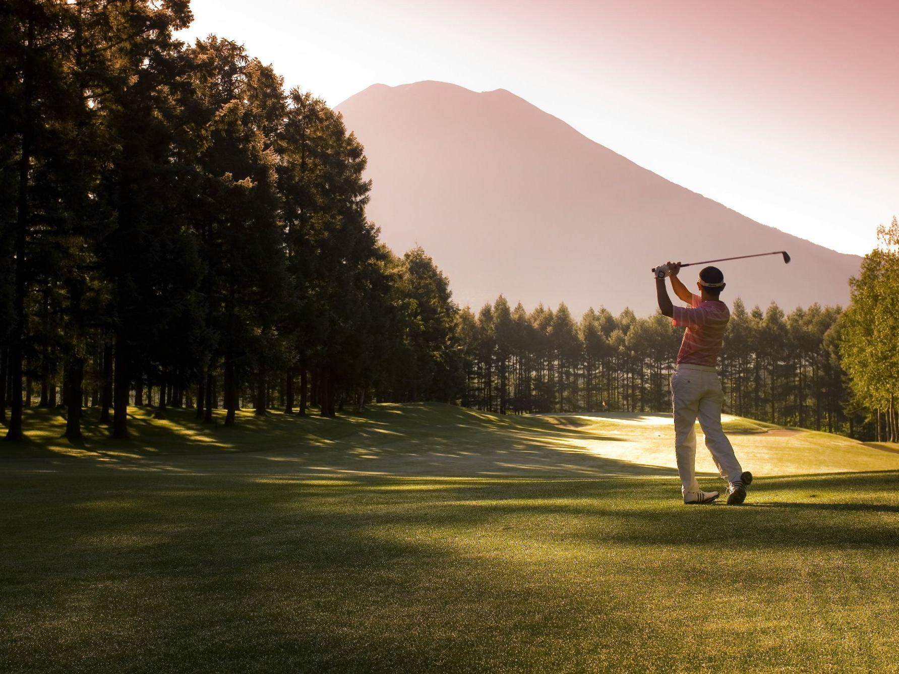 A man playing golf in Hanazono golf course near Chatrium Niseko Japan