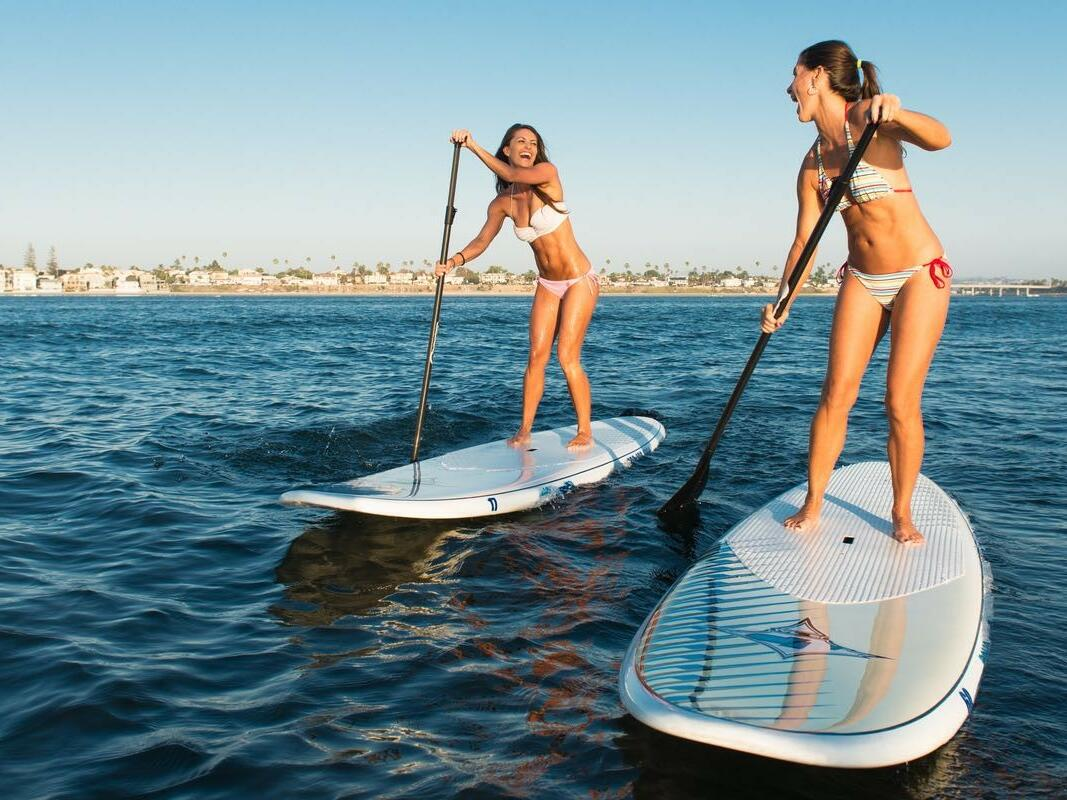 Two women practicing paddel