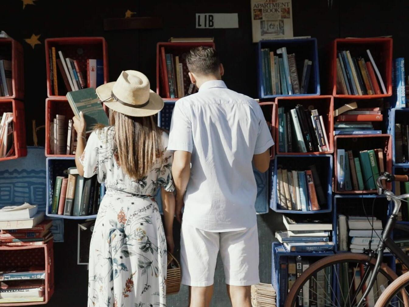 couple looking at old books on calle loiza