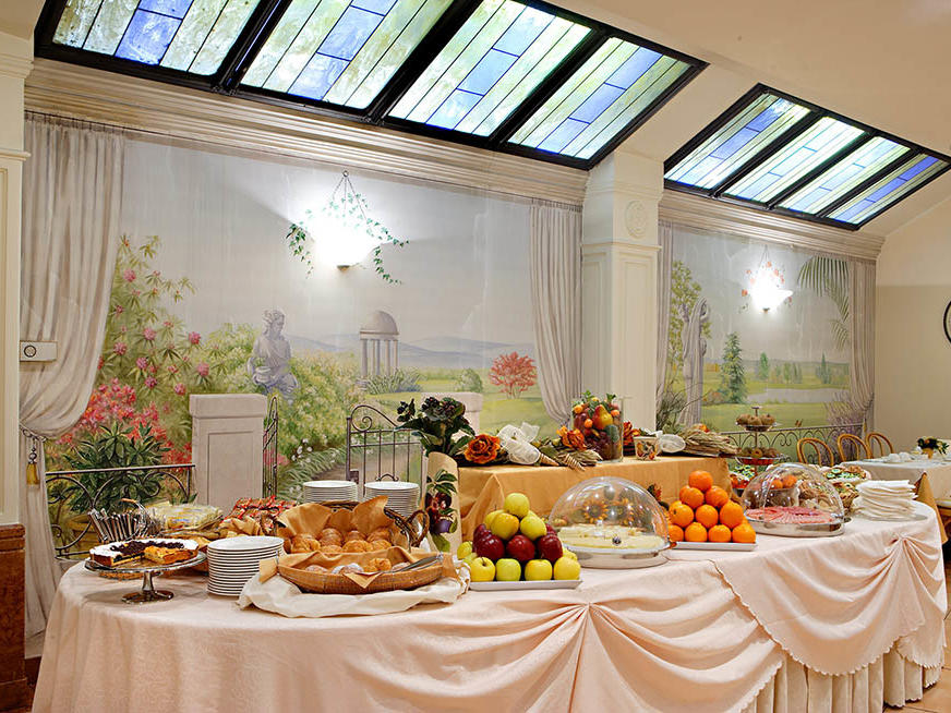 Breakfast room at Hotel Mozart in Milan