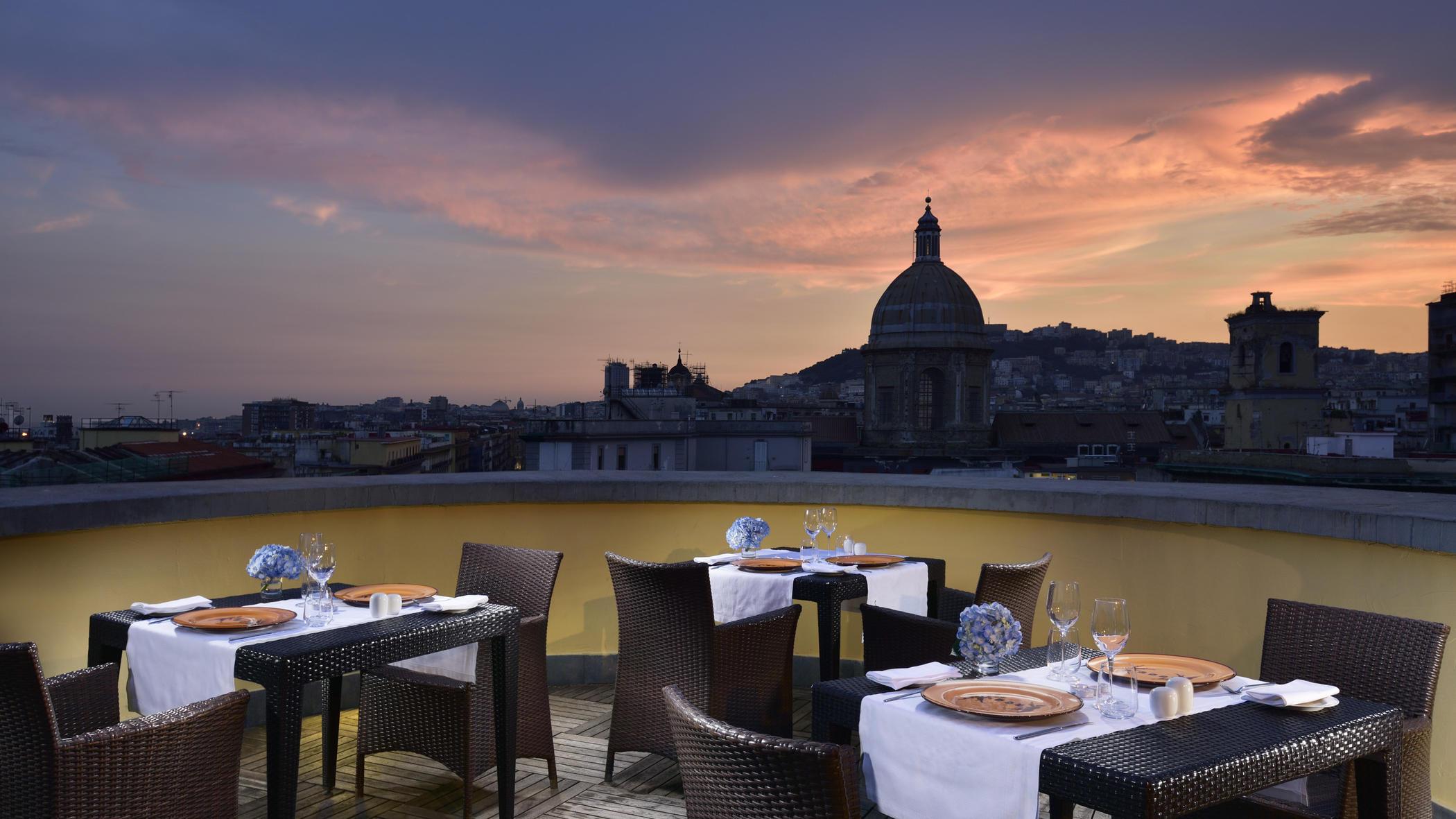 Terrazza ristorante UNAHOTELS Napoli