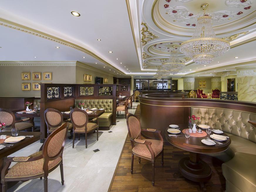 مقهى Brasserie في فندق رويال روز في أبو ظبي، الإمارات العربية المتحدة