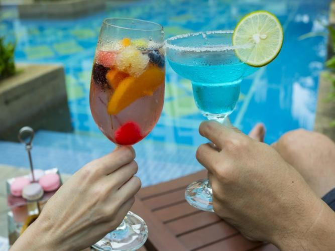 Delicious cocktails served at the pool bar at Chatrium Hotel Royal Lake Yangon