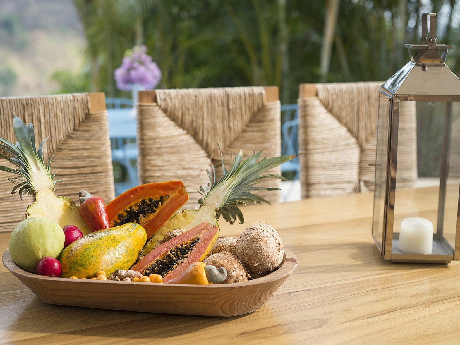 mesa con platon de frutas y area verde al fondo