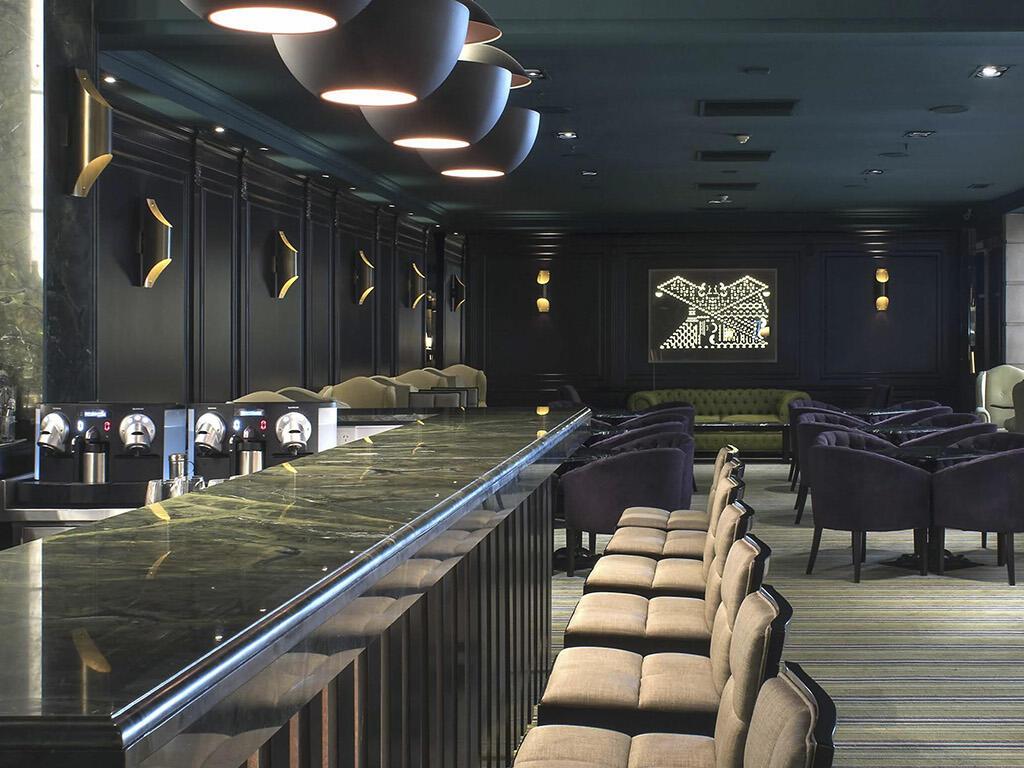 Vista interior del bar Oliver en el Hotel Emperador Buenos Aires