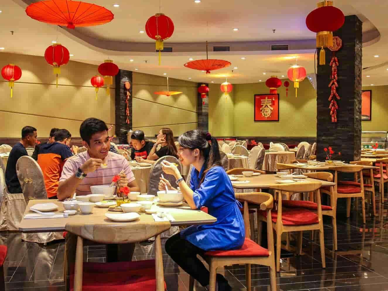 Customers enjoying dishes at Yuan Chinese Cuisine, Lexis Hibiscus® Port Dickson