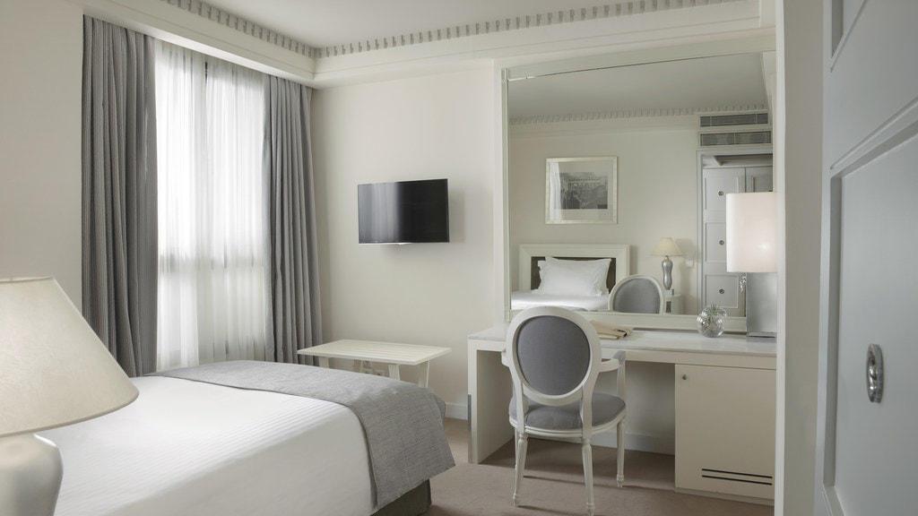 White Classic Room NJV Athens Plaza