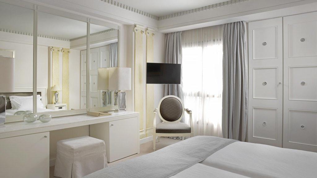 Classic White Room NJV Athens Plaza