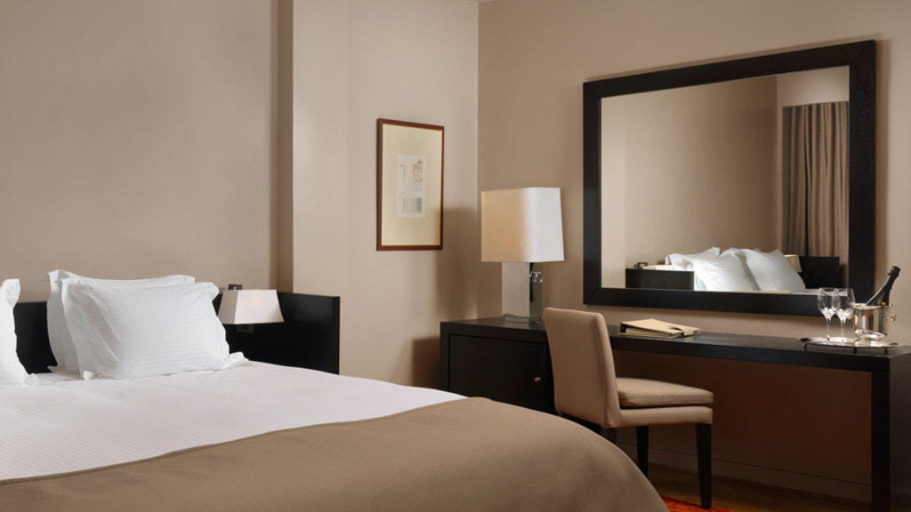 Bed Junior Suite NJV Athens Plaza