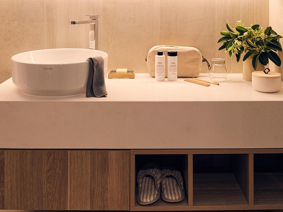 Deluxe bathroom at Daydream Island resort