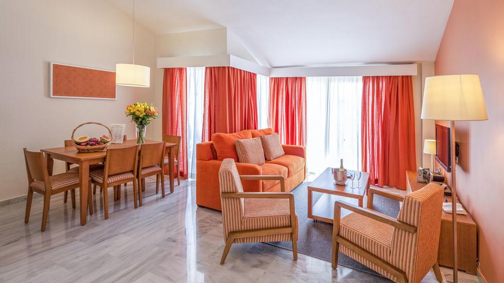 Salón del apartamento de dos habitaciones de Sahara Sunset, Málaga
