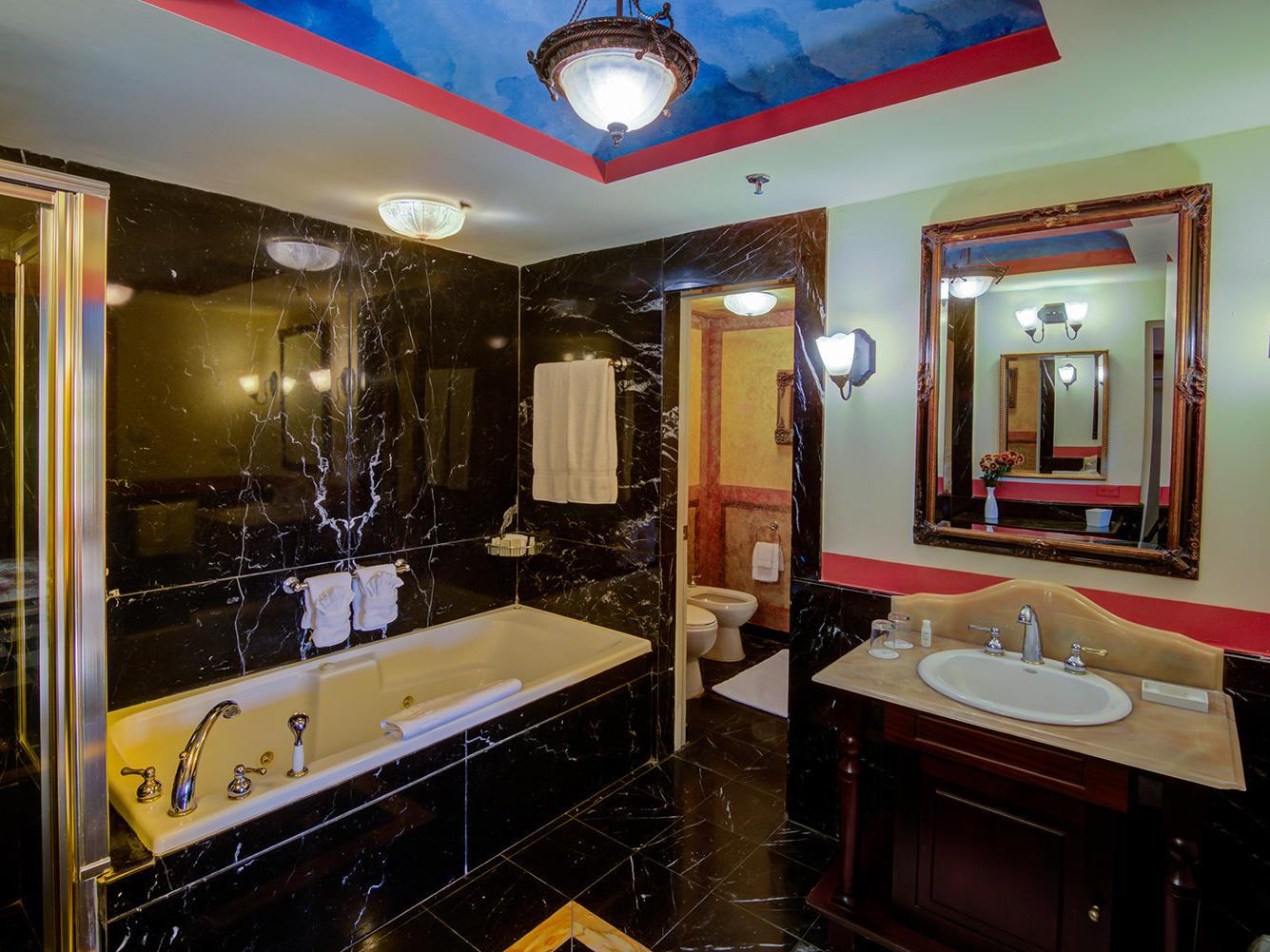 Gloria Vanderbilt Suite Bathroom