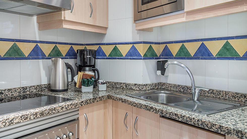 Cocina del apartamento de dos habitaciones de Sahara Sunset, Málaga