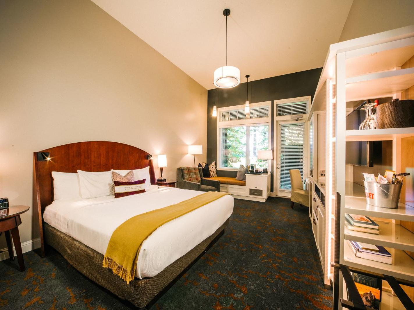 Courtyard King Pet Room at Alderbrook Resort & Spa