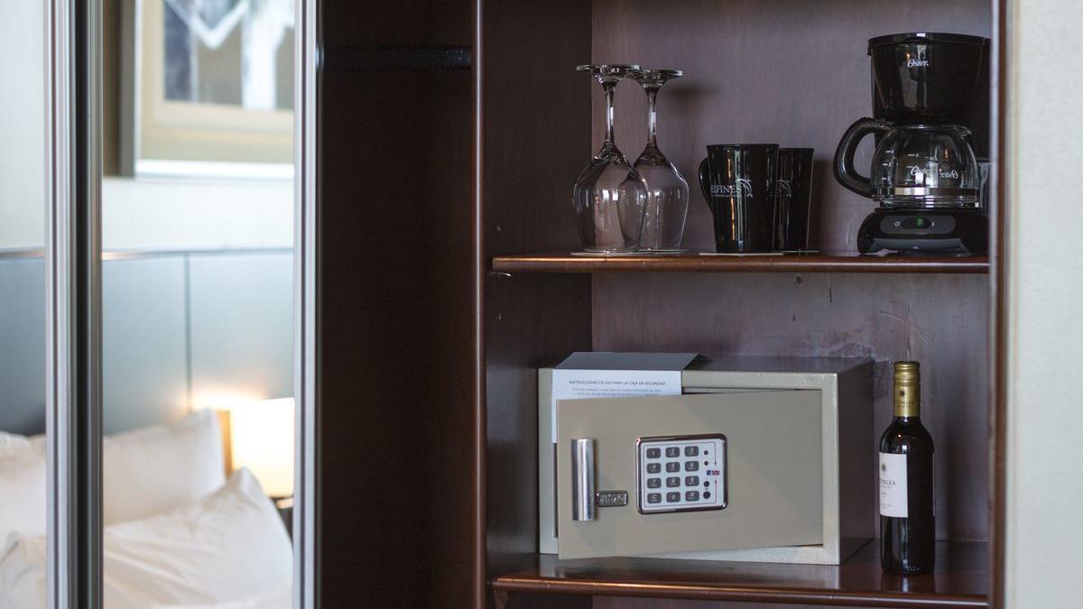 Junior Suite room - safety box