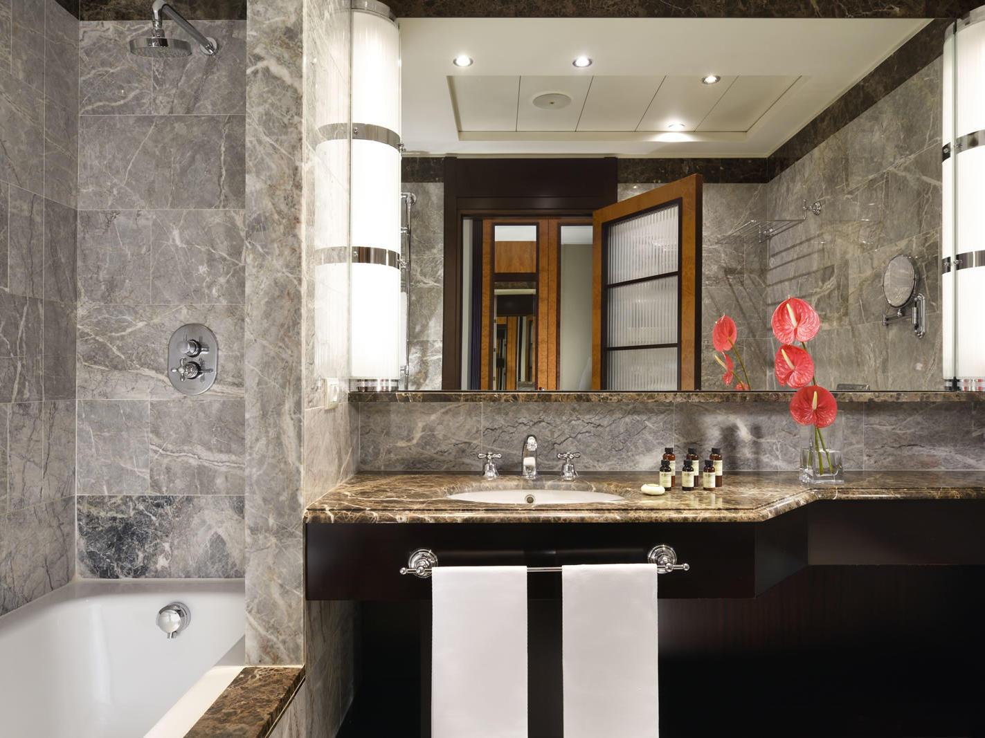 Bathroom Suite with View | Principi Di Piemonte