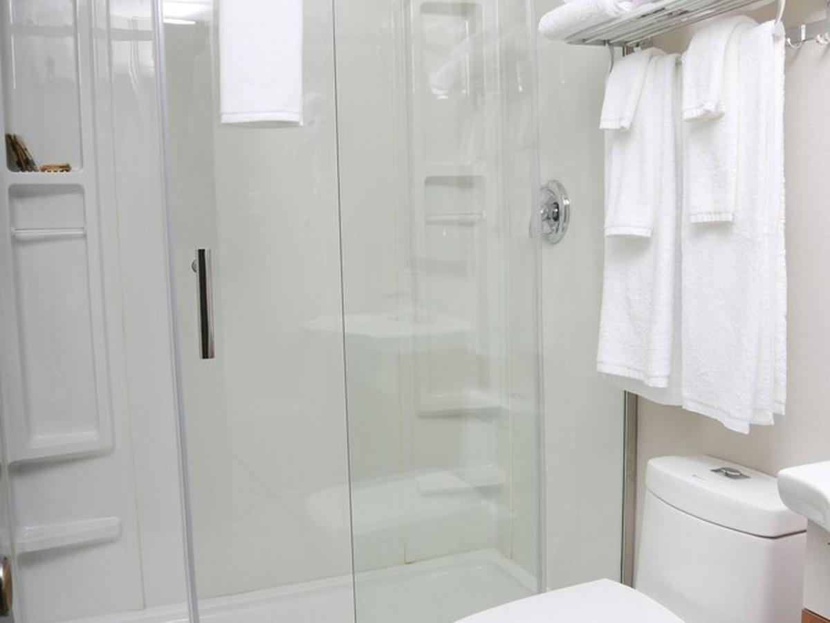 Executive 2 Queen Suites Bathroom