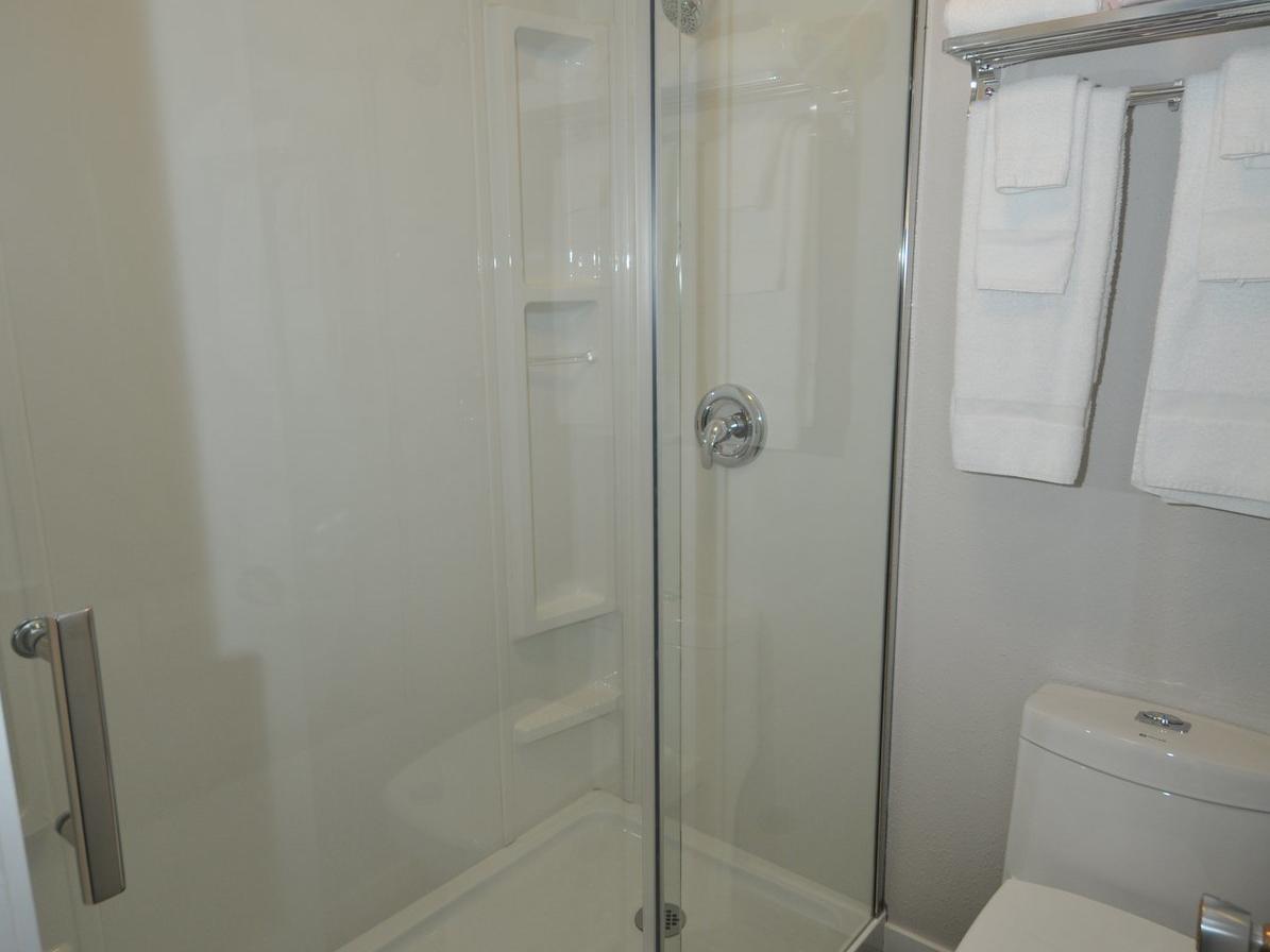 Standard 2 Double Bed Suites Bathroom