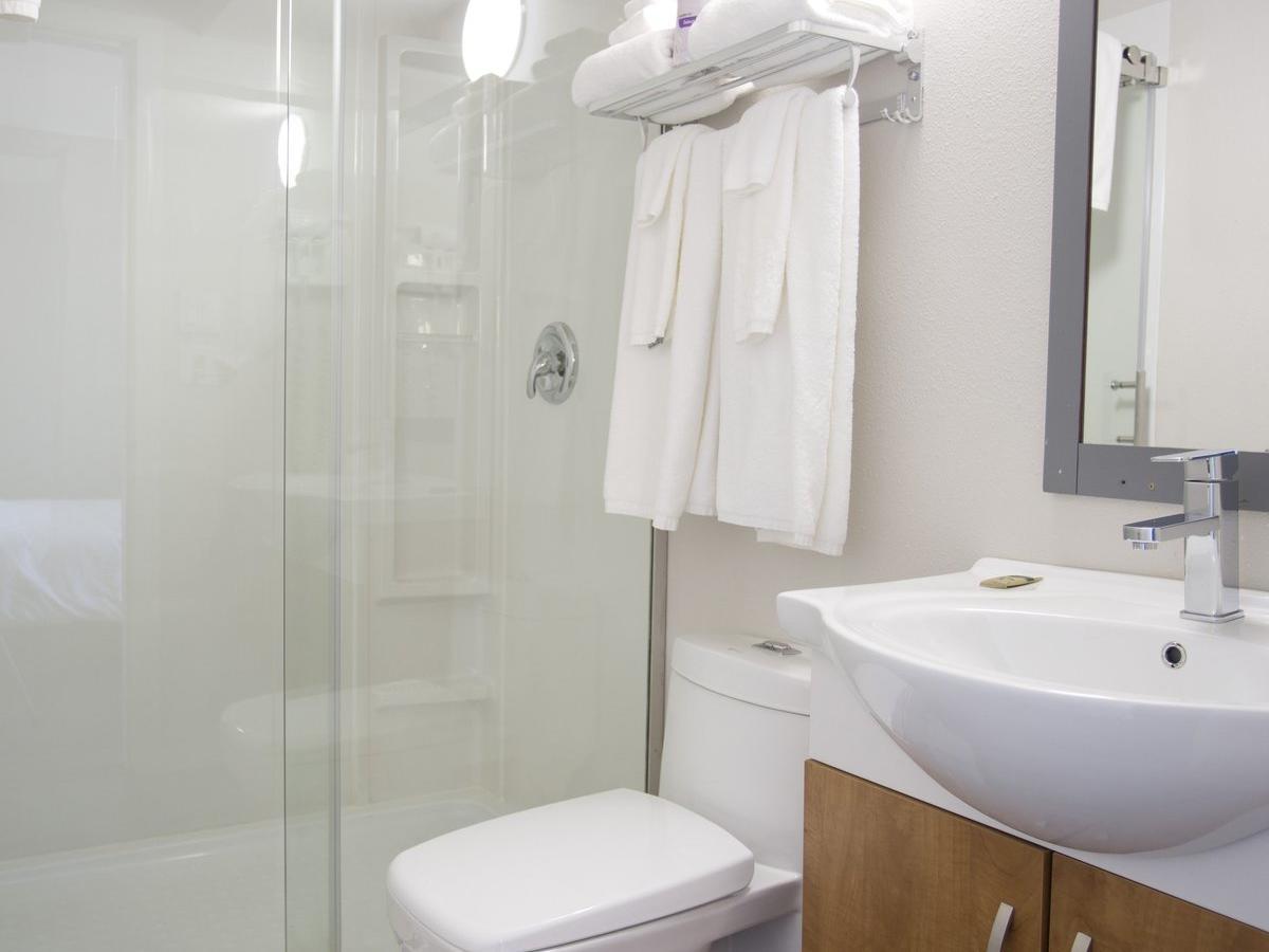 Deluxe 3 Queen Bed Suites Bathroom