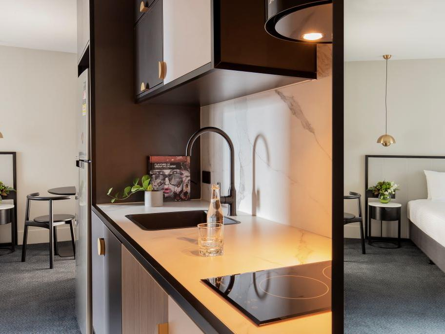 Brady Hotels Jones Lane - Studio apartment kitchenette