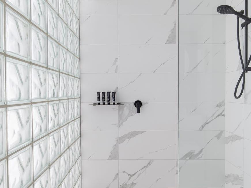 Brady Hotels Jones Lane - bathroom shower