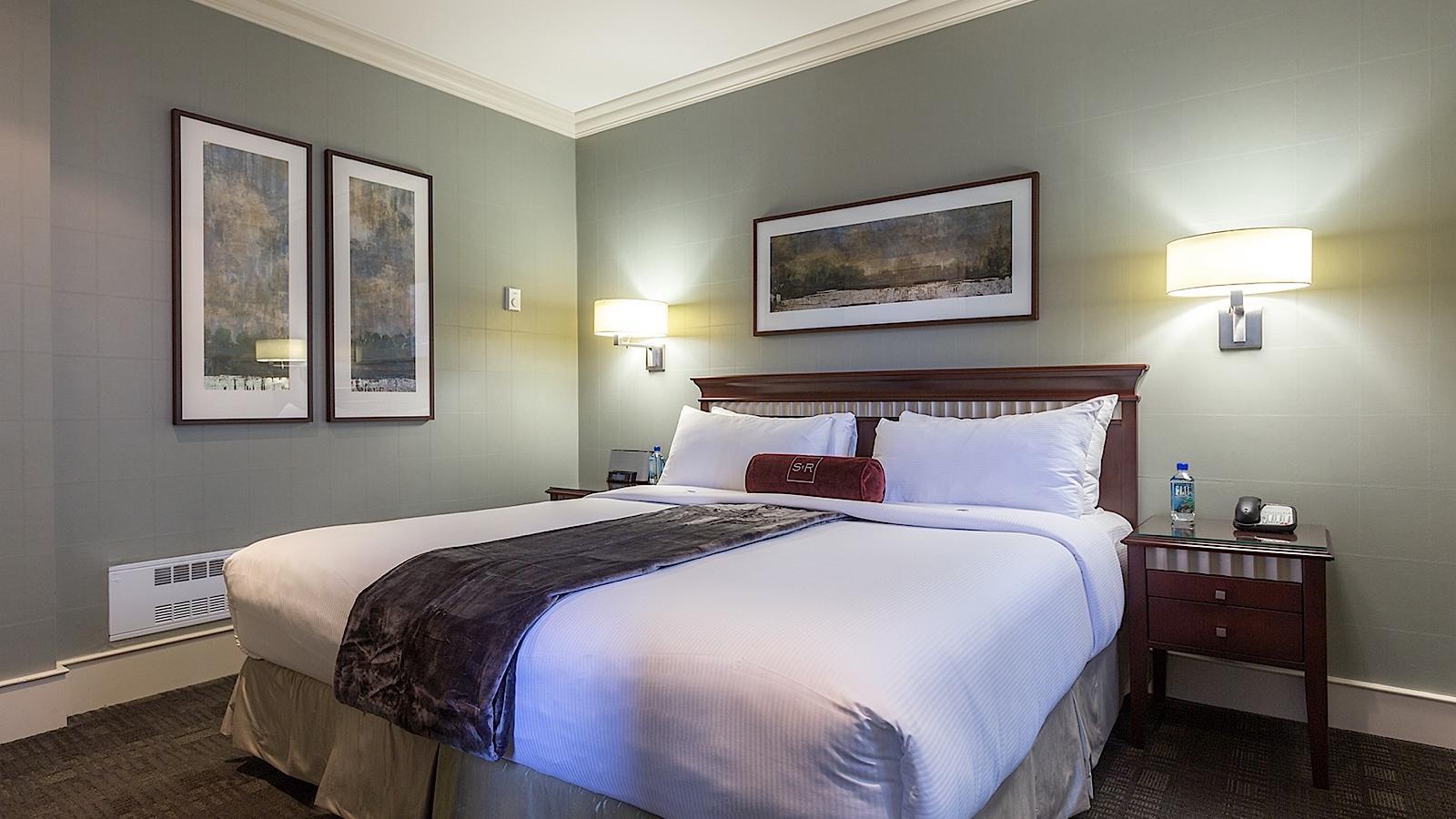 Junior Queen Suite hotel room.