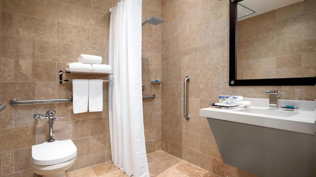 Baño Habitación  Queen para personas en condición de discapacidad