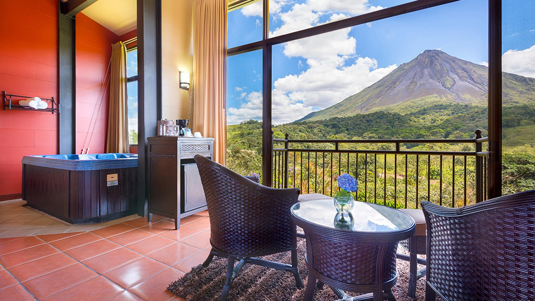 Jacuzzi with view of Volcano