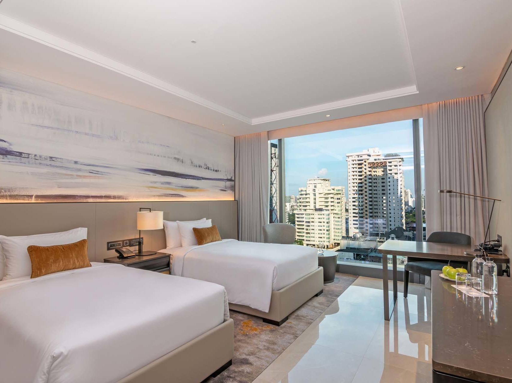 Twin Beds in Carlton Hotel Bangkok Sukhumvit's Deluxe Room