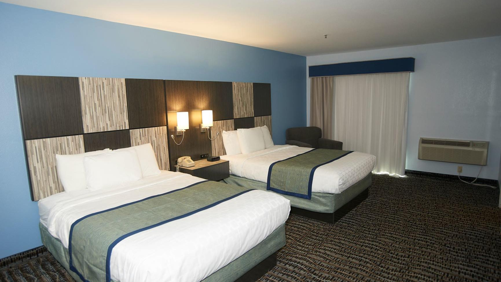 Picture of: Accessible Suite 2 Queen Beds Sandwich Lodge Resort