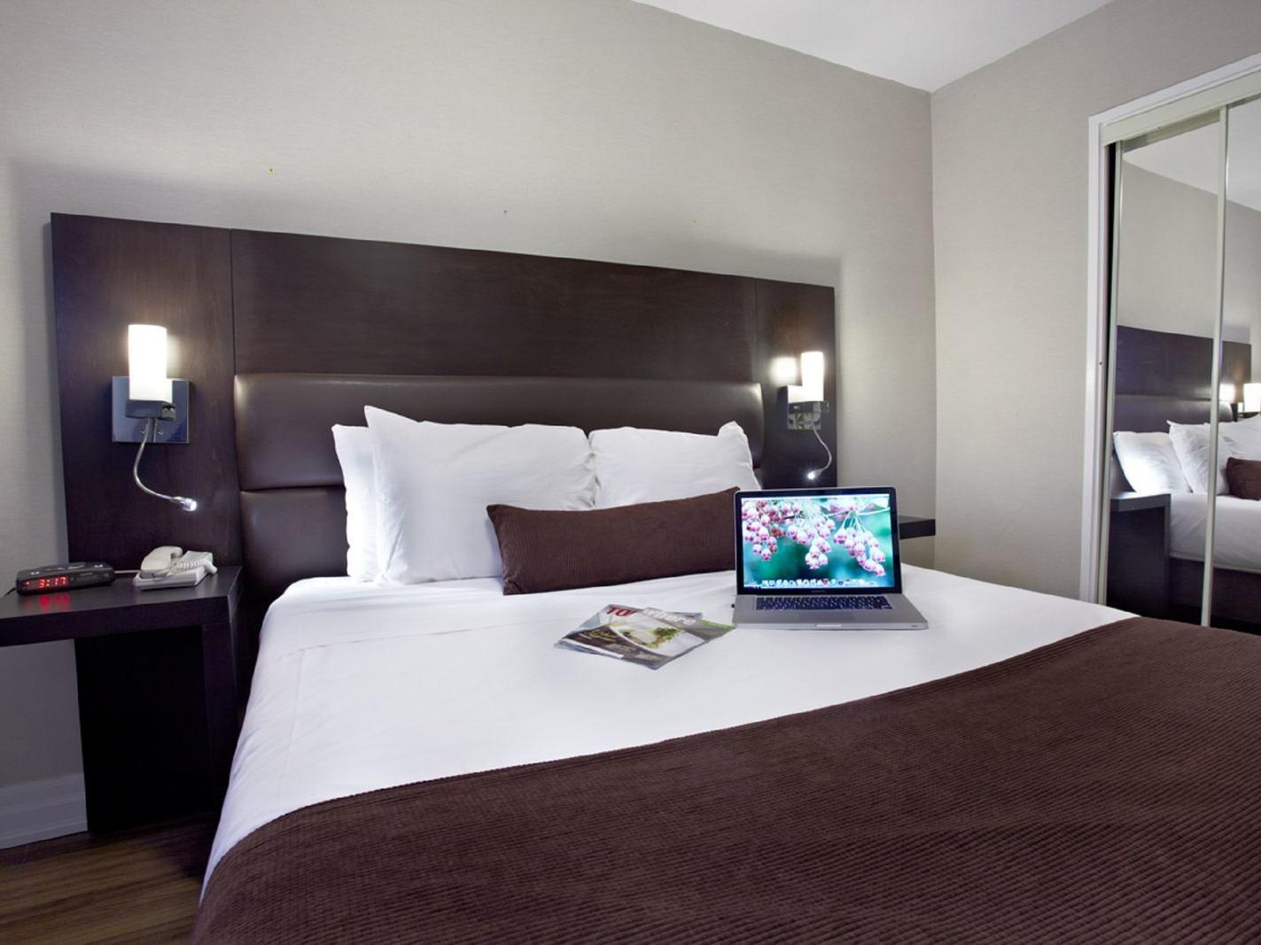 deluxe one bedroom suite bed