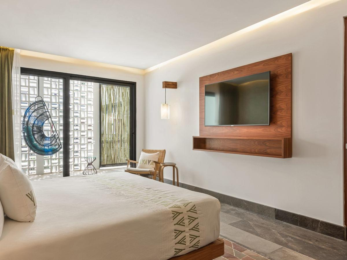 Master Grand Room with one bed and tv at Wayam Mundo Imperial