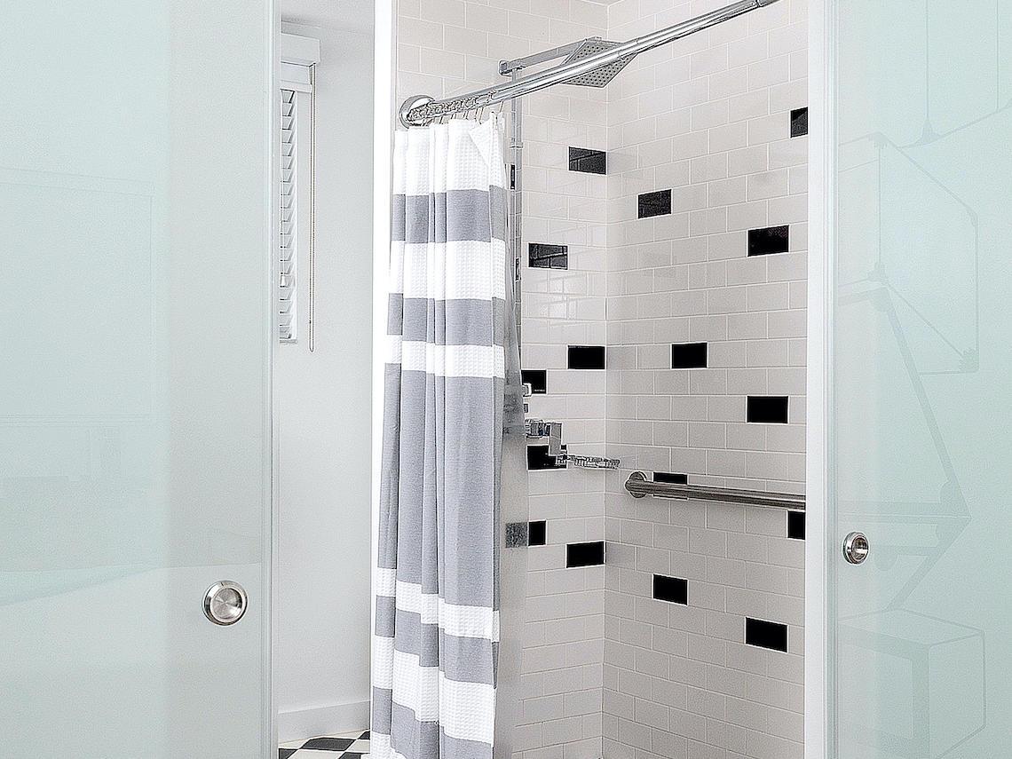 Image of the Catalina King room - ADA - roll-in shower with bars