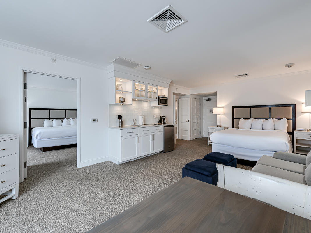 ICONA Avalon King Queen Suite Living, Kitchen, Dining, Bedroom combo / Studio area