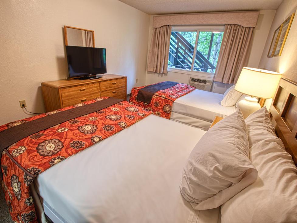 Deluxe three bedroom suite with queen beds at Wedgewood Resort