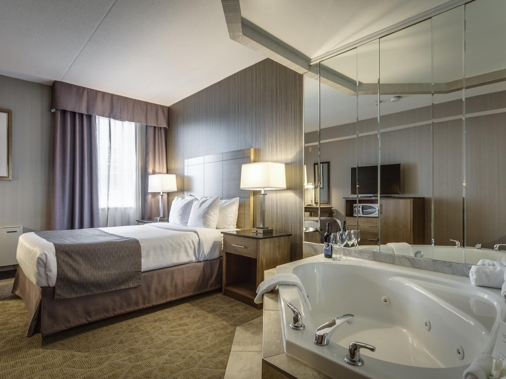 Double bed with jacuzzi - Monte Carlo Inn Airport Suites